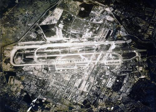 Không ảnh sân bay Tân Sơn Nhất năm 1968, khu vực trên và dưới đường băng vốn là căn cứ quân sự nay thành khu dân cư và sân golf.  Ảnh: Flickr
