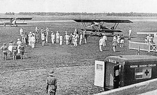 Sân bay Tân Sơn Nhất năm 1938 trong lần đón Bảo Đại bị thương khi đi săn ở Đà Lạt về Sài Gòn chữa trị.  Ảnh: Tư liệu