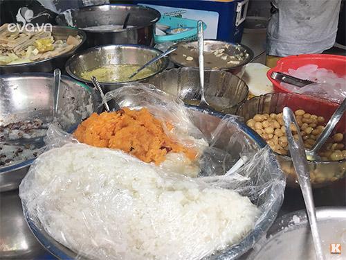 Xôi Xiêm là một trong những món ăn được nhiều người gọi khi đến đây. Xôi trắng được thổi cùng nước cốt dừa và đường thốt nốt dẻo thơm. Khi ăn chan cùng một lớp sốt sầu riêng béo ngậy.