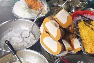 Hàng chục chiếc thau đựng đủ loại nguyên liệu nấu chè dễ khiến thực khách lần đầu ghé thăm phải bối rối chọn lựa.