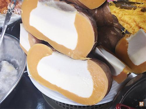 Bí đỏ chưng cũng là một món ăn đặc sắc của quán. Bí ngô phải lựa loại có khuôn đẹp, nạo rỗng ruột rồi đổ vào đó hỗn hợp sữa bột, sữa đặc, nước cốt dừa, lòng đỏ trứng đã đánh lên, rồi cuối cùng mới đem hấp cách thủy. Hấp xong trái bí vẫn còn nguyên, mềm mà không nhão. Khi xắt thành miếng phải ăn cả vỏ mới ngon.