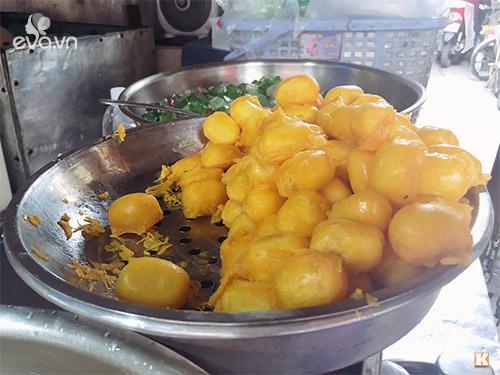 Những viên chè được làm cầu kỳ từ đậu xanh nấu chín, nghiền nhuyễn, bọc ngoài lớp trứng tráng vàng ươm.