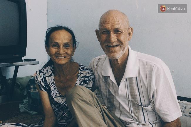 Vợ chồng ông Tây bán vé số ở cầu Hậu Giang (quận 6) khiến người dân cảm động về tình cảm mà họ dành cho nhau.
