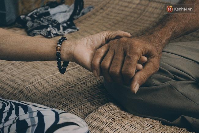 Ông bà đã đến với nhau không có một lễ cưới, không có sự chứng kiến của gia đình, đơn giản là về sống cùng nhau, chở che cho nhau.
