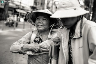 8h sáng, chiếc xe buýt số 91 dừng lại, bà Trần Thị Gái (63 tuổi, ngụ Bình Dương) vội vàng dìu con gái - chị Lê Thị Thu Hà (41 tuổi) xuống xe. Bà nhanh tay lấy một chiếc ghế nhỏ cho con ngồi xuống, rồi chạy thật nhanh vào BV Chợ Rẫy TP.HCM mượn chiếc xe lăn để đẩy chị Hà vào Khoa Thận.