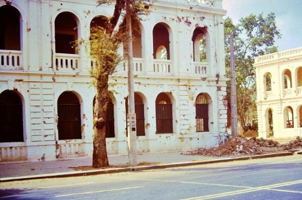 Tòa nhà hai bên thành Cộng Hòa đầy vết đạn bắn trong cuộc đảo chính ngày 1-11-1963 - Ảnh tư liệu