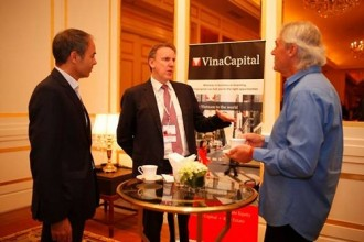 Các nhà đầu tư và các chuyên gia kinh tế đang trao đổi bên hành lang hội nghị. Ảnh: Mạnh Cường