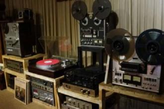 Dân chơi máy hát thường sắm kèm loa và bộ âm ly cho trọn vẹn.