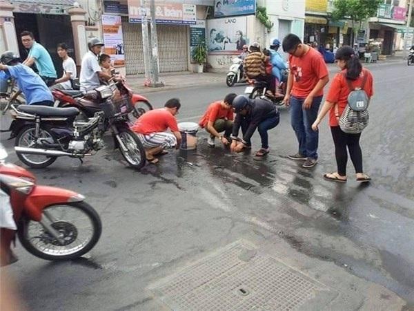 Thấy người gặp nạn là lao ra giúp thôi. (Ảnh minh họa - Nguồn: Internet)