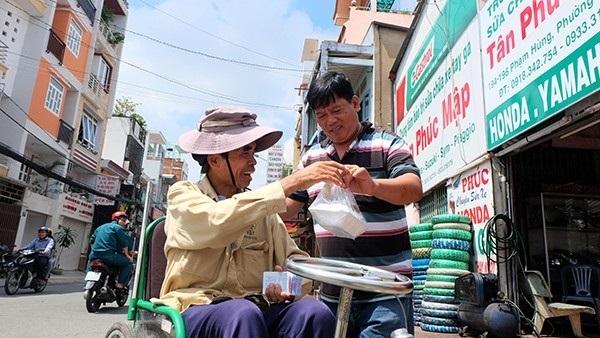 """Người Việt nói chung và người Sài Gòn nói riêng có châm ngôn sống đơn giản lắm, chỉ gói gọn trong hai chữ """"làm phước"""" - nghe gọn mà nhẹ như lông hồng. (Ảnh minh họa - Nguồn: Internet)"""