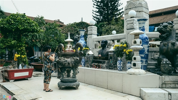 Giữa chợ có một công viên nhỏ, nơi đặt tượng đồng Quách Đàm, hồ nước, bệ đá toàn bằng cẩm thạch trắng với bốn con rồng và hai con lân to bằng đồng phun nước bạc.
