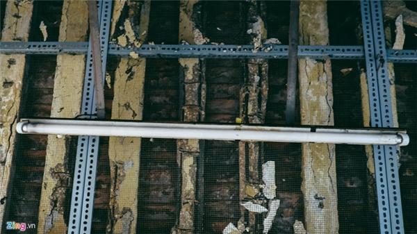 Tại cổng số 8, nơi bán đồ xi nhôm có nhiều mái ngói lủng lỗ chỗ, trời mưa xuống có thể dột bất cứ lúc nào. Ở một số nơi, ban quản lý chợ phải dùng lưới để tránh ngói đá rơi từ trên cao xuống.