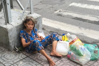 Mỗi ngày bà đều mang phế liệu nhặt được ngồi trên vỉa hè đường Hai Bà Trưng, góc giao với đường Trần Quang Khải, chờ người đến mua.