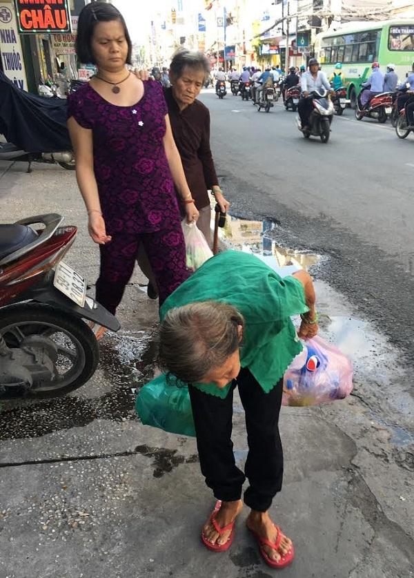 Bà Phương trên đường đến địa điểm bán hàng.