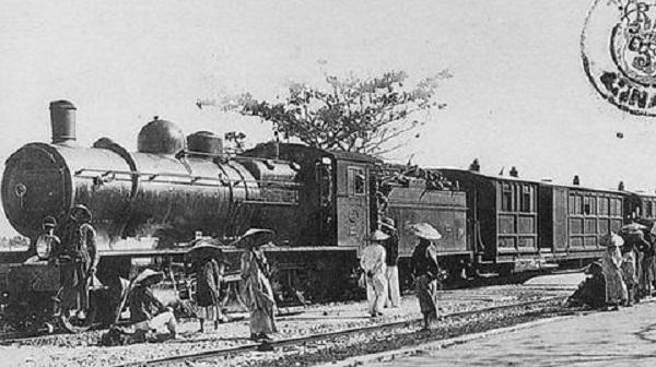 Một chuyến tàu đợi khách trong sân ga