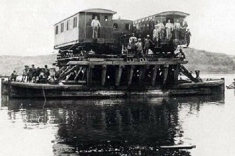 Cõng tàu qua sông
