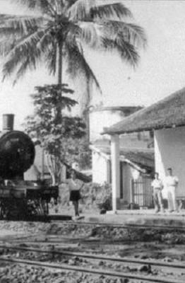 Nhà ga xe lửa Lộc Ninh và đầu máy hơi nước (Ảnh: Internet)