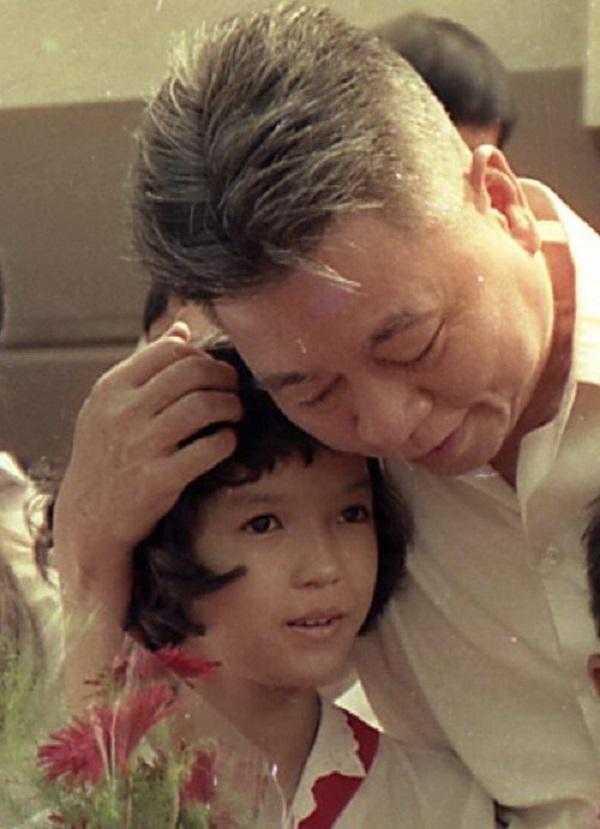 """Đồng chí Võ Trần Chí tại buổi trao học bổng """"Vì ngày mai phát triển"""" (tháng 6/1991). Ảnh: N.C.T"""