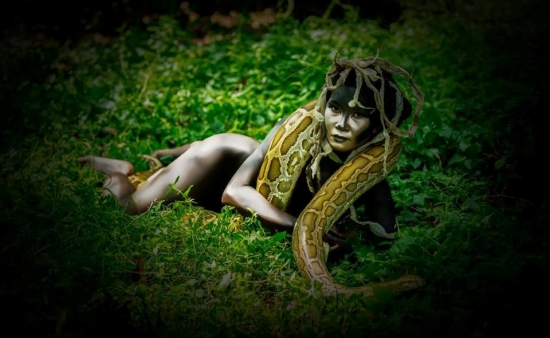 """Bộ ảnh """"nữ thần rắn"""" của người mẫu Võ Thị Thu Hoa đã gây nhiều phiền toái cho cô."""