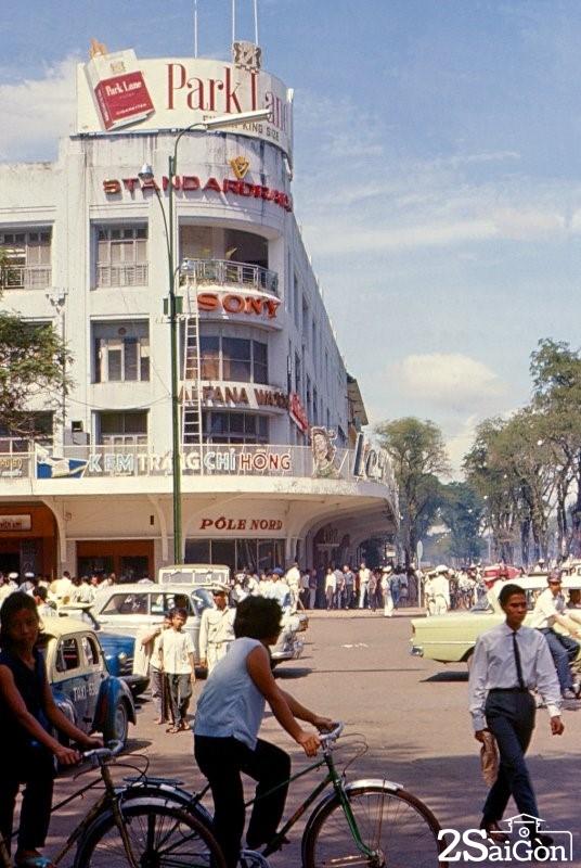 """Đến năm 1981, khu nhà này đổi tên thành """"Cửa hàng Bách hóa Tổng hợp Thành phố"""" do Sở Thương nghiệp TP.HCM sở hữu. Từ năm 1997, tòa nhà đổi tên thành """"Công ty Bán lẻ Tổng hợp Sài Gòn"""" do Tổng Công ty Thương mại Sài Gòn (SATRA) quản lý."""