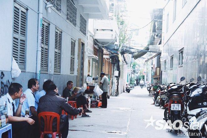 Quán cóc là nét đặc trưng của cà phê sáng ở Sài Gòn.