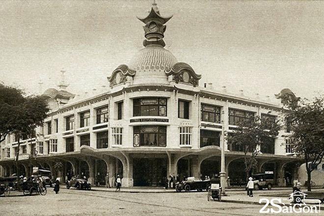 Đầu thế kỷ XX, khu nhà này được tái thiết và khuếch trương theo phong cách Art Deco để đón tiếp khách hàng thượng lưu của đô thị lớn nhất Liên bang Đông Dương.