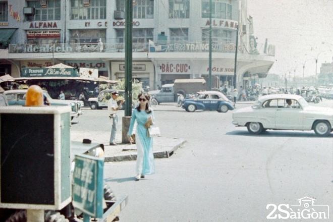Ngày 27/11/1924 khi tiệm bách hóa khai trương là một sự kiện nhộn nhịp đáng ghi nhớ của Sài Gòn, đánh dấu sự phát triển của một trung tâm thương mại lớn nhất Sài Gòn và khu vực lúc bấy giờ.