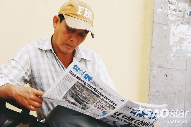 Thảnh thơi cùng tờ báo lướt tin trong ngày.
