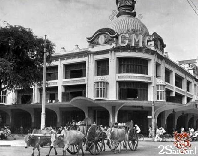 Cùng năm đó (1924), Thương xá TAX xây thêm lầu bốn, đập bỏ tháp đồng hồ và thay vào đó là bảng gắn dòng chữ GMC.