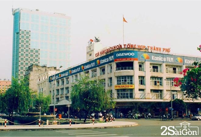 Sau năm 1975, với chính sách tập trung kinh tế, cấm tiểu thương, Thương xá TAX bị giải thể. Tòa nhà được giao về cho UBND TP.HCM quản lý, không còn là địa điểm kinh doanh sầm uất…