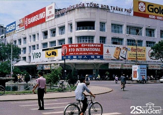 Trong khi đó, mặt bằng thỉnh thoảng được tận dụng làm không gian trưng bày các mặt hàng, máy móc công nghiệp do các đơn vị quốc doanh của thành phố sản xuất.