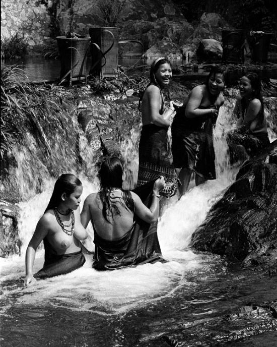 """Mỗi bức ảnh khỏa thân là một tác phẩm nghệ thuật của người nghệ sĩ. Trong ảnh: Tác phẩm """"Suối mát"""" - Nhà nhiếp ảnh Trần Tấn Vịnh."""