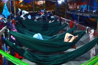 Những người nghèo thuê võng ngủ im lìm trong đêm khuya tại một quán võng đêm gần cầu vượt Tân Thới Hiệp (Q.12)