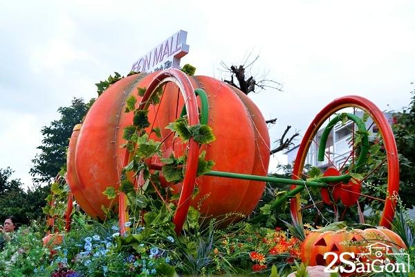 2.Đặc biệt, việc cho ra mắt vườn bí ngô nhân dịp Halloween tại trung tâm thương mại lớn ở khu vực Bình Tân với cả một khu vườn bí ngô hoành tráng như thoải niềm vui, mong đợi của rất nhiều bạn trẻ.