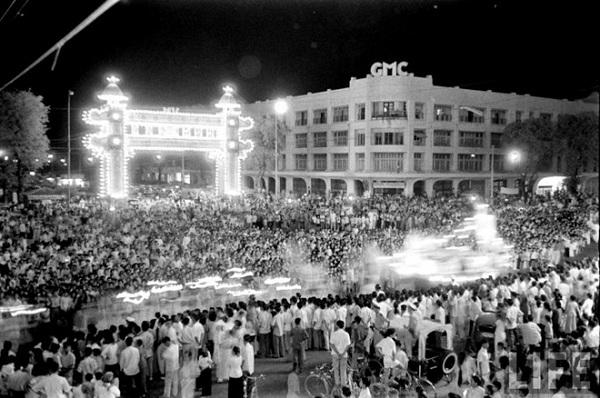 Một hội chợ đêm trước thềm năm mới 1955. tổ chức cạnh Thương xá Tax.
