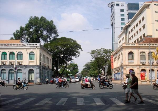 Hai tường thành Ông Dèm trên đường Lê Duẩn, hai bên đường Đinh Tiên Hoàng hiện nay - Ảnh: M.C