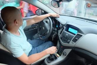 Sau 11 năm công tác tại phường, anh Hiển chuyển sang nghề lái xe, kiêm người kể chuyện vui tính.
