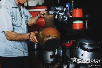 Cà phê được cho vào vợt vải và đun trong một chiếc siêu đất. Theo chú Thanh, ngày trước, những chiếc siêu này được làm bởi những lò gốm ở vùng Lái Thiêu, Bình Dương.