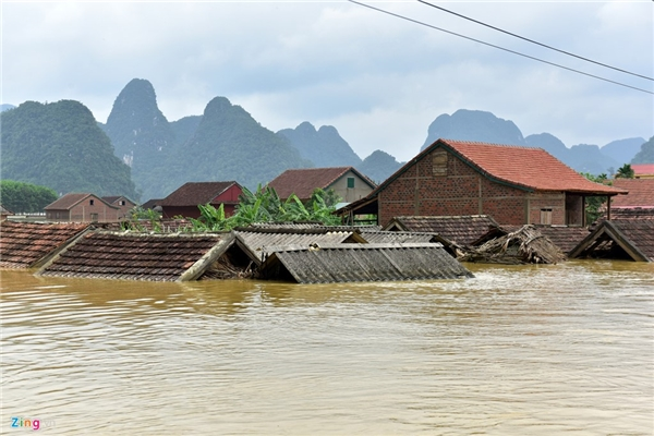 Bão lụt miền Trung đang làm cuộc sống người dân miền Trung vốn đã cơ cực này càng túng quẫn hơn. ảnh: Internet