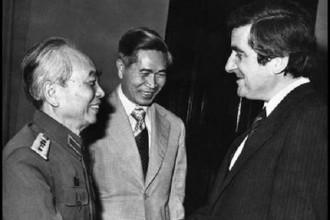 Cố Bộ trưởng Nguyễn Cơ Thạch (giữa) cùng Đại tướng Võ Nguyên Giáp gặp gỡ nhà đồng sáng lập Đảng Xã hội Pháp Jean-Pierre Chevenement năm 1982. Ảnh: Le Monde