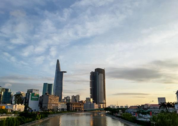 Không phải lúc nào cũng được chứng kiến khoảnh khắc nắng ấm nhè nhẹ lan tỏa khắp không gian Sài Gòn.
