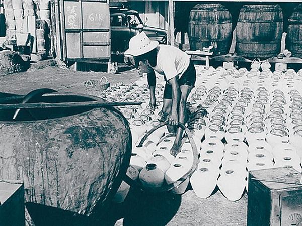 Lò sản xuất nước mắm tĩn ngày xưa ẢNH: T.L