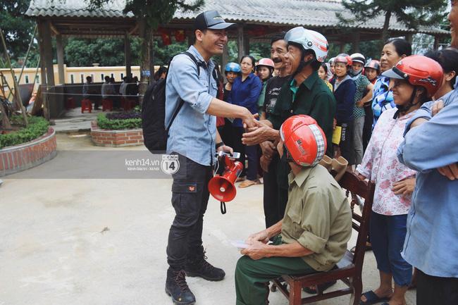 """MC Phan Anh luôn điềm đạm khi trao quà từ thiện: """"Bà con thương con xin hãy xếp hàng ngay ngắn vào"""". Ảnh: kenh14.vn"""
