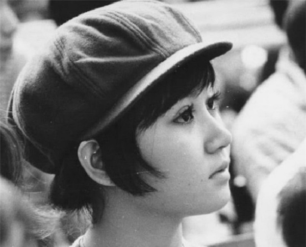 Đôi mắt to sáng lấp lánh, khuôn miệng nhỏ xinh lanh lợi và đôi má bầu bĩnh là nét đẹp  đặc trưng của thiếu nữ Sài Gòn xưa. Đội thêm một chiếc mũ bê rê được ưa chuộng  thời điểm này làm tăng nét cá tính cho cô gái trẻ.