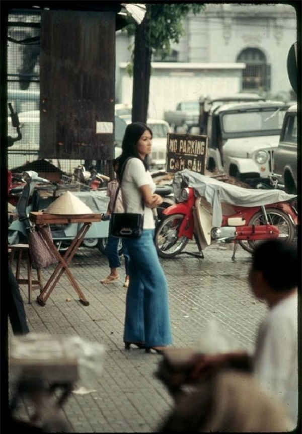 Quần ống loe là dấu ấn đặc trưng thời trang thập niên 70  cũng được các quý cô Sài Gòn đón nhận nhanh chóng.