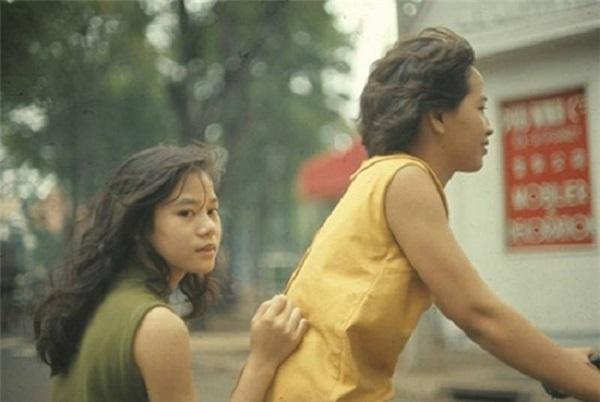 Những khuôn mặt thanh tú, mái tóc thả tự nhiên của thiếu nữ Sài Gòn.
