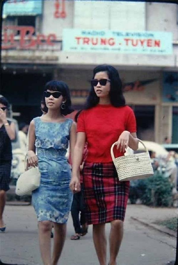 Nhiều người đến Sài Gòn lúc ấy đều ngạc nhiên về nét đẹp hiện đại và ăn mặc hợp mốt  của những quý cô thành thị. Váy suông, bó sát, váy xòe... du nhập vào các đô thị miền  Nam những năm 60, 70 và nhanh chóng được phụ nữ đón nhận.