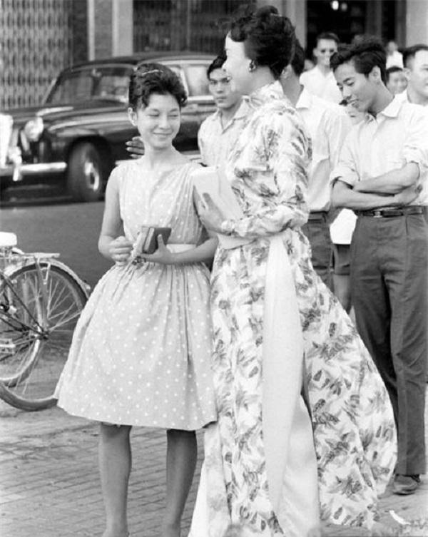 Phong cách của người phụ nữ xinh đẹp trong bộ váy xòe chấm bi bồng bềnh, thắt  eo gọn cùng kiểu tóc sang trọng vẫn không hề lỗi mốt cho đến bây giờ.