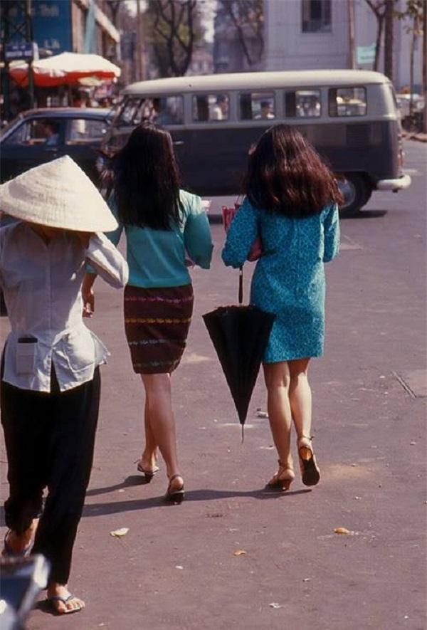 Phụ nữ Sài Gòn những năm 60 rất ưa mua sắm, chưng diện. Họ khéo léo trong việc  chọn phục trang họa tiết nền nã, màu đơn sắc đem đến vẻ thanh lịch mà sang trọng.