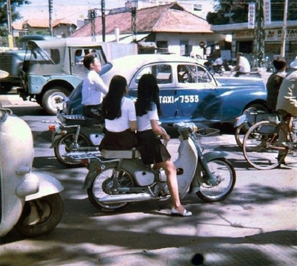 Trên đường phố Sài Gòn năm 1970. Váy ngắn xếp li và giày búp bê trông  không khác mấy so với những cô gái thời hiện tại.
